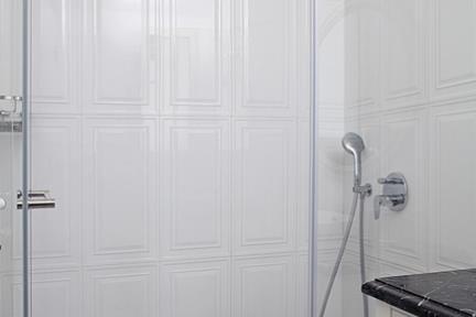 חדר מקלחת. ריצוף דמקה שחור לבן 20*20  חיפוי לבן מבריק עם מסגרת פנימית 60*30.  פסי קרניז לסיומת יפה.