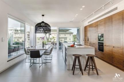 המטבח ופינת האוכל.     תכנון ועיצוב: ליאת דביר-רותם.  צילום: ניצן הפנר.