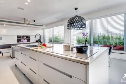 מטבח. מבט מכיוון המטבח לאיזור חדר המגורים   תכנון ועיצוב: ליאת דביר-רותם.  צילום: ניצן הפנר.