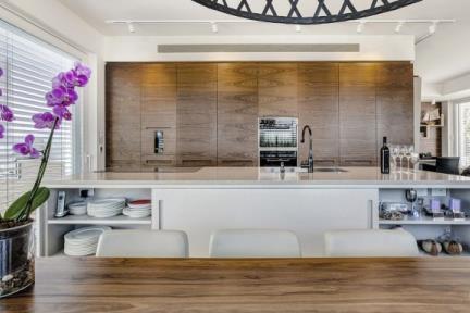 פינת אוכל. מבט מפינת האוכל למטבח     תכנון ועיצוב: ליאת דביר-רותם.  צילום: ניצן הפנר.