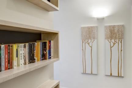 ספרייה. מסדרון סטנדרטי שהפך לספרייה יצירתית    תכנון ועיצוב: ליאת דביר-רותם.  צילום: ניצן הפנר.