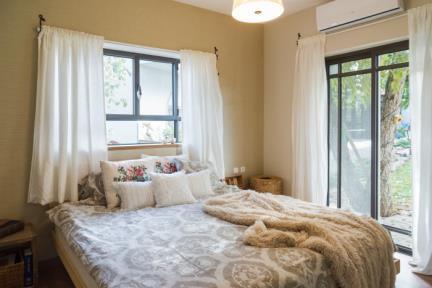 וילה בצופית. חדר שינה הורים.    צילום: יואב פלד.