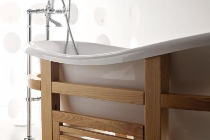 BT1051A. אמבטיה פיברגלס לבנה עם מסגרת   עץ אלון ומדרגה.