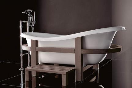 BT1051E. אמבטיה פיברגלס לבנה עם מסגרת   עץ ונגה ומדרגה.