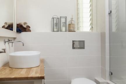 בית ברמת השרון. חדר מקלחת    צילום: מאיה חבקין.