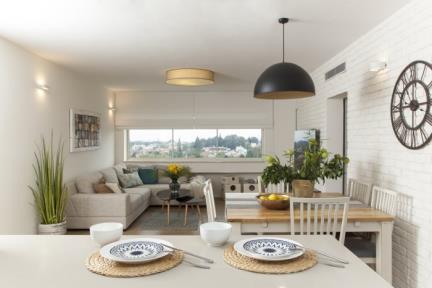 בית ברמת השרון. מבט מהמטבח לסלון    צילום: מאיה חבקין.