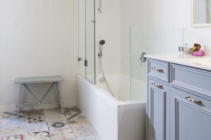 חדר אמבטיה. ריצוף מצוייר  אמבטיה ילדים.