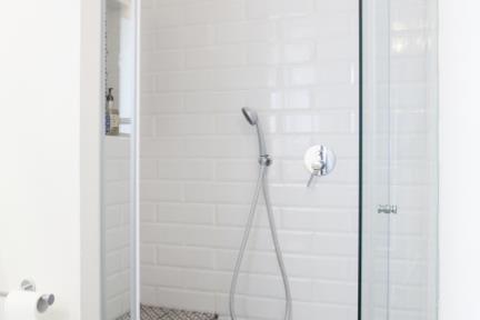 מקלחון. רצפה מצוירת שחור - לבן