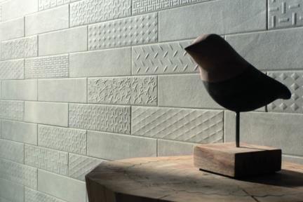 אריח לחיפוי קיר  דמוי טקסטיל 1383. דקור מעורב בטון אפור בהיר לקירות.  גודל: 7.5*30