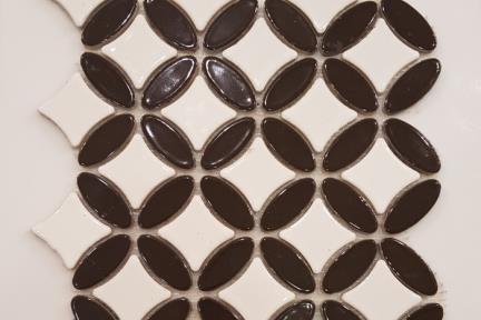 אריחי פסיפס לחיפוי קיר מקרמיקה 3150. פסיפס אליפסות שחור-מרכז לבן.גודל: 23.5*23.5.