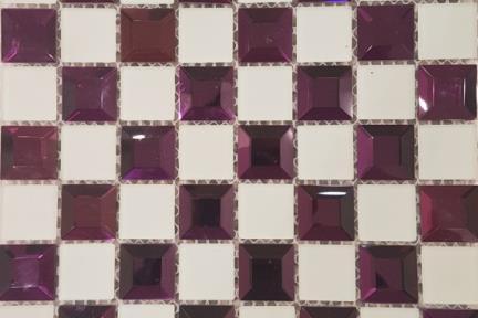 אריחי פסיפס לחיפוי קיר מזכוכית MG13. פסיפס פרמידה סגולה+לבן מט.גודל: 32.2*32.2.