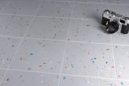 דגם 1013261. פורצלן דמוי טרצו אפור עם אבנים צבעונים.  גודל: 18.5*18.5