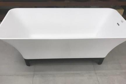 אמבטיה פרי סטנדינג BT17MT. אמבטיה פרי סטנדינג.  אבן מלאכותית לבן מט.  רגליים שחורות.  גודל: 80*170
