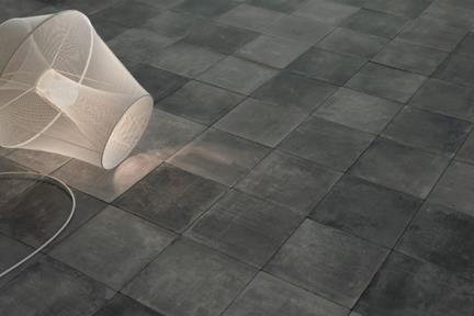 אריחי ריצוף  פורצלן דמוי בטון 1011871. פרוצלן בטון פחם.  כל אריח שונה מהשני.  גודל: 18.5*18.5