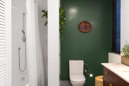 חדר רחצה ילדים. את חדר הרחצה של הבנות עיצבנו עם אריח הטראצו. ושילבנו בו קופסאות ביקורת וספים מפליז אמיתי. את אזור האמבטיה גם חיפינו בקרמיקה הלבנה, ואת שאר החלל צבענו בפוליאור כאשר הרקע לבן וקיר אחד ירוק.