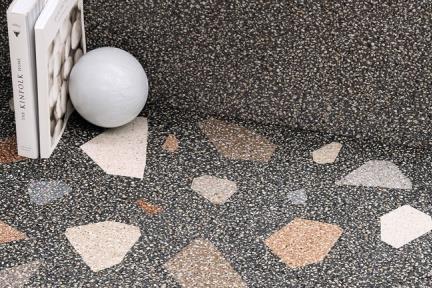 דגם 1001711. פורצלן דמוי טראצו שחור עם אבנים צבעוניות.  גודל: 60*60