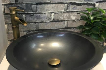 כיור מונח לחדר אמבטיה L4705. כיור קרמי עגול מונח שחור.  קוטר: 47  גובה: 13