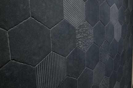 אריחי ריצוף וינטג' סדרת Hexagon 1002385. פורצלן משושה דמוי בטון שחור-פחם.  גודל: 25.5*25.9  נגד החלקה R10