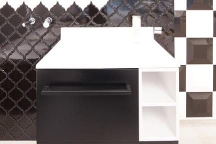 """חדר פאזל שחור-לבן. קורס צילום אדריכלות בהנחיית סוזי לוינסון  הדגמים בחדר זה:  קיר לבן דגם 1003223  קיר שחור דגם 100322  ארון שחור-לבן דגם 6805-9 80 ס""""מ  כיור L6805-1"""