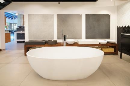 תצוגת אמבטיה בחלמיש. קורס צילום אדריכלות בהנחיית סוזי לוינסון  הדגמים בחדר זה:  אמבטיה דגם BT153MT   מידה 178*91  ברקע אריחים 120*120