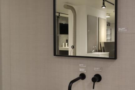 חדר קירות דמוי בד בז. קורס צילום אדריכלות בהנחיית סוזי לוינסון  הדגמים בחדר זה:  קירות טקסטיל דגם 1002218 80*140  כיור עומד דגם L481MT  מראה MR56  אינטרפוץ שחור BONGIO 32524  פיה שחורה 986-16
