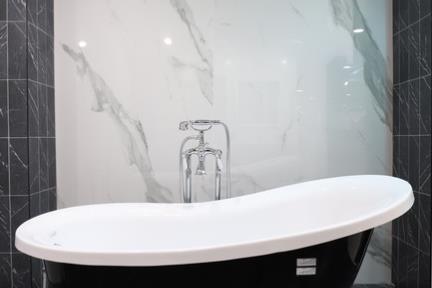 חדר קררה+נרו מרקינה. קורס צילום אדריכלות בהנחיית סוזי לוינסון  הדגמים בחדר זה:  קירות קררה דגם 1002338 120*240  קירות דפנות בשחור דגם 1002347 11*33  רצפה שיש שחור דגם 1002348 16.5*16.5  אמבטיה ענתיקה דגם B459W/B  ברז מהרצפה תוצרת BONGIO-ITALY