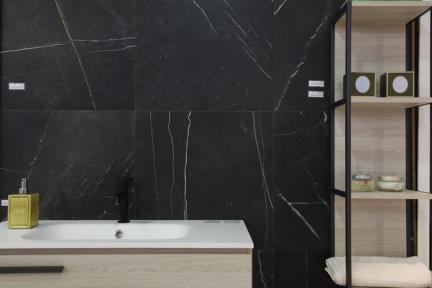 פורצלן דמוי שיש שחור. קורס צילום אדריכלות בהנחיית סוזי לוינסון  הדגמים בחדר זה:  פורצלן שחור דגם 1002135  ארון דגם 6176-2  כיור B6176-1  ארונית צד  ברז שחור תוצרת BONGIO ITALY