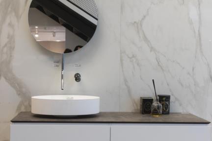 דמוי קררה לקיר. קורס צילום אדריכלות בהנחיית סוזי לוינסון  הדגמים בחדר זה:    קירות: קרמיקה דמוי קררה 120*240  ארון דגם 6150  כיור דגם L561MT  פיה מהתקרה דגם 877 תוצרת BONGIO ITALY  ראי דגם 38030R