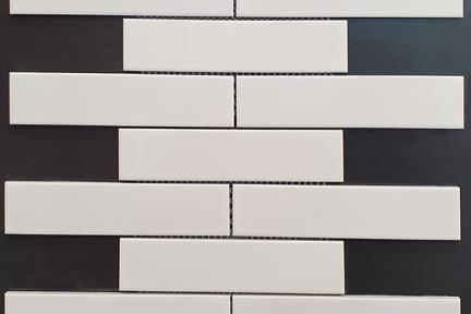אריחי פסיפס לחיפוי קיר מקרמיקה 18521. פסיפס קרמיקה 19.5*4.5 לבן מבריק בריקים על רשת  גודל: 29.7*19.2