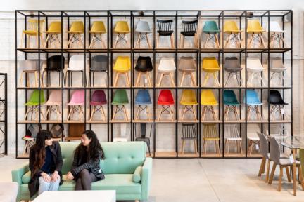 חנות רהיטים בפתח תקווה. צילום: תמיר רוגובסקי