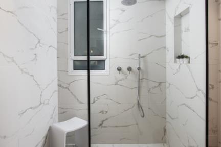 מקלחת. פורצלן דמוי קררה.  צילום: סוזי לוינסון
