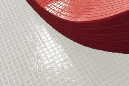 פסיפס זכוכית לבן. פסיפס זכוכית לבן  אריחים מחוברים ב PVC  יוצר מגע ישיר בין  הפסיפס לקיר
